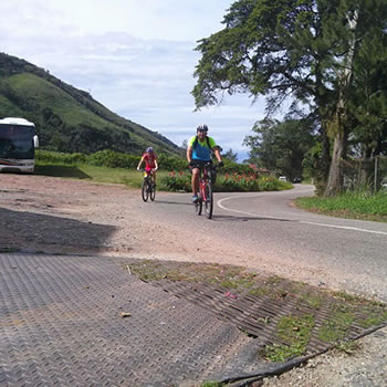 Ciclistas en la carretera a Mesa de Aura