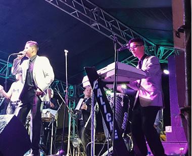 Músicos en un concierto durante la feria