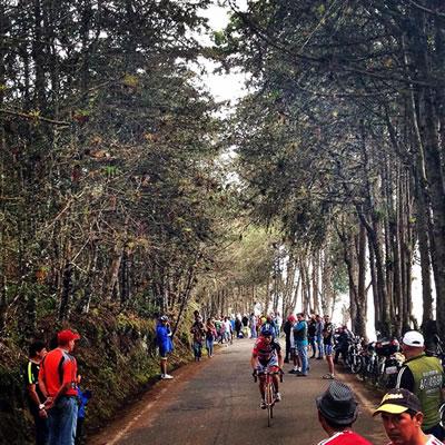 Vista de una etapa de montaña durante la vuelta de 2016