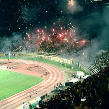 Fanaticada del Deportivo Táchira en un juego en Pueblo Nuevo